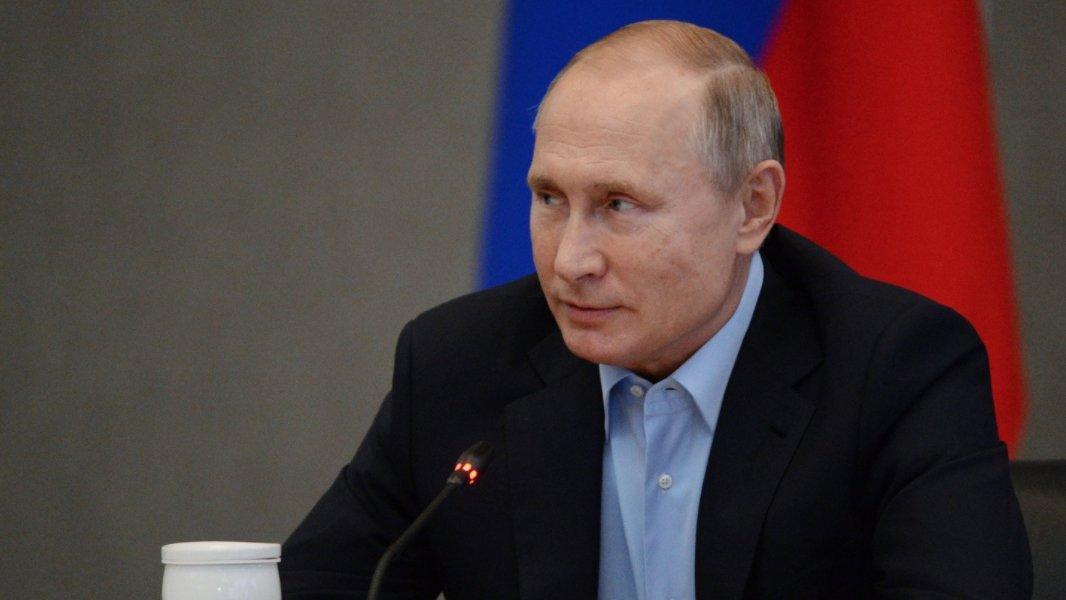 Песков рассказал, в каком банке Путин получает пенсию и зарплату