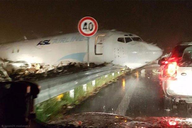 В Италии грузовой самолет не смог затормозить и выехал на шоссе