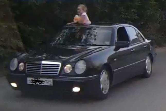 В Красноярске водителя Mercedes оштрафовали за катание дочки в открытом люке