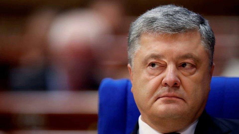 «Президент-передун»: вСети высмеяли Порошенко заподарок ВСУ