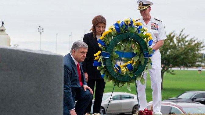 «Унизил себя и страну»: в Сети высмеяли вставшего на колени перед могилой Маккейна Порошенко