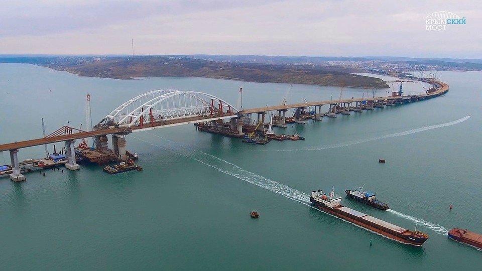 Люди покинули покосившийся Крымский мост
