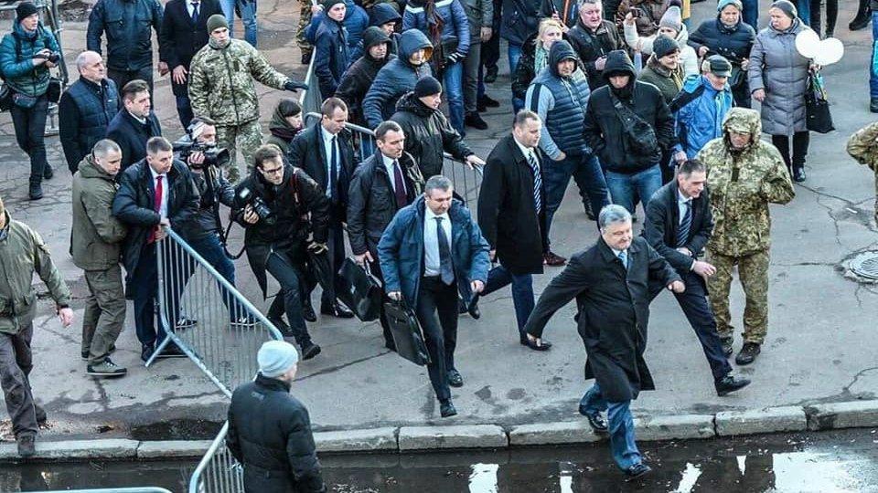В Сети появилось фото спешно покидающего митинг в Житомире Порошенко