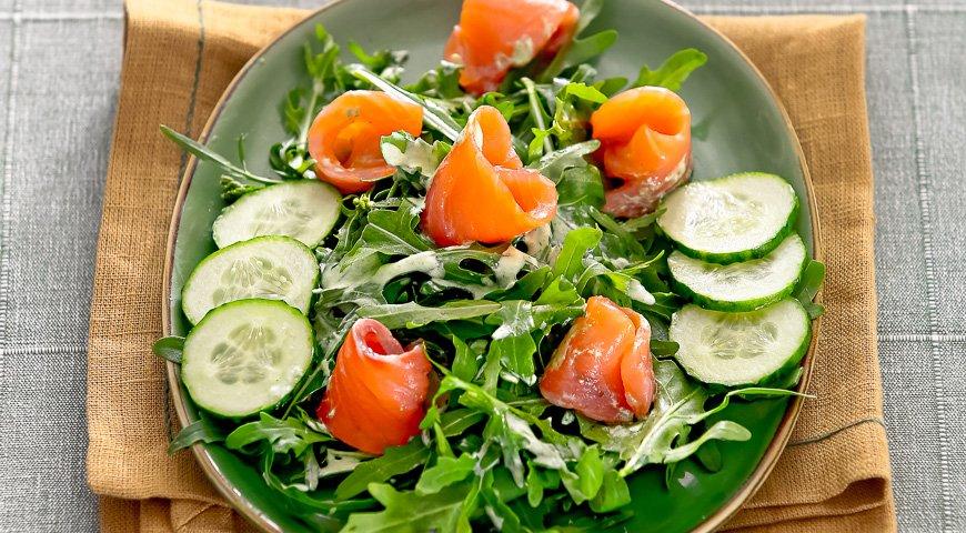 Салат с огурцами и копченым лососем