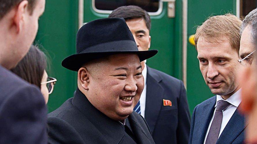 Путин подарил Ким Чен Ыну набор стаканов с подстаканниками