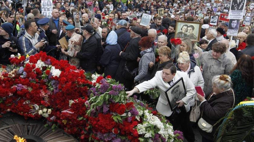 Разбитые памятники и столкновения: как прошел День Победы на Украине