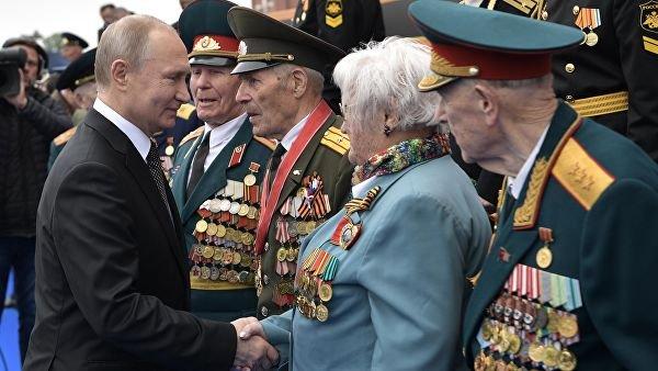 Путин после парада на Красной площади пообщался с ветеранами