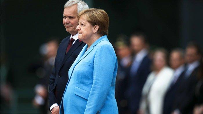 Стало известно, что Меркель шептала во время приступа дрожи