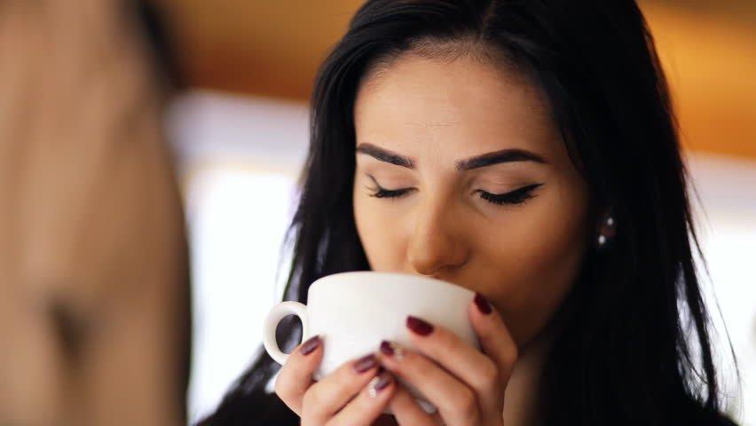 Почему кофе уменьшает грудь женщин