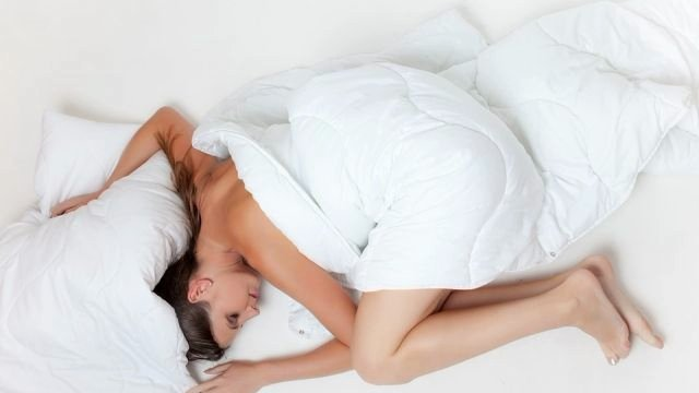 Кардиолог перечислил опасные позы для сна