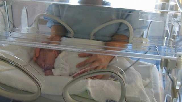 Обитающая на свалке 12-летняя девочка из Украины родила ребенка