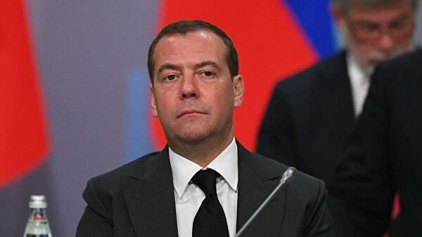 «Неволнуйтесь»: пенсионерка встала наколени перед Медведевым