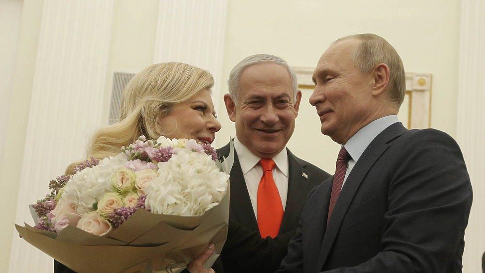 Путин подарил жене Биньямина Нетаньяху огромный букет