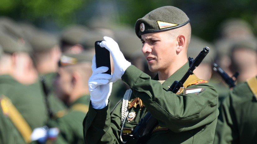 Путин внёс в устав запрет на гаджеты военным во время службы